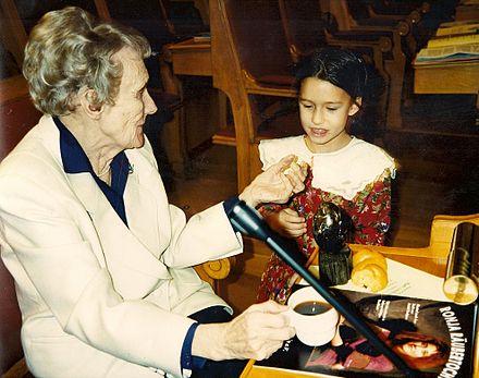 Astrid Lindgren mit Mädchen